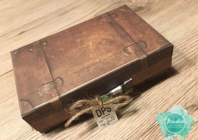 Куфарът на младоженците с паричния им подарък