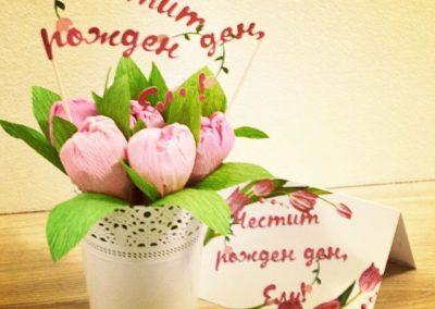 Букет от хартиени цветя с шоколадови бонбони