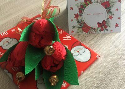 Букет от хартиени цветя като допълнение към коледен подарък